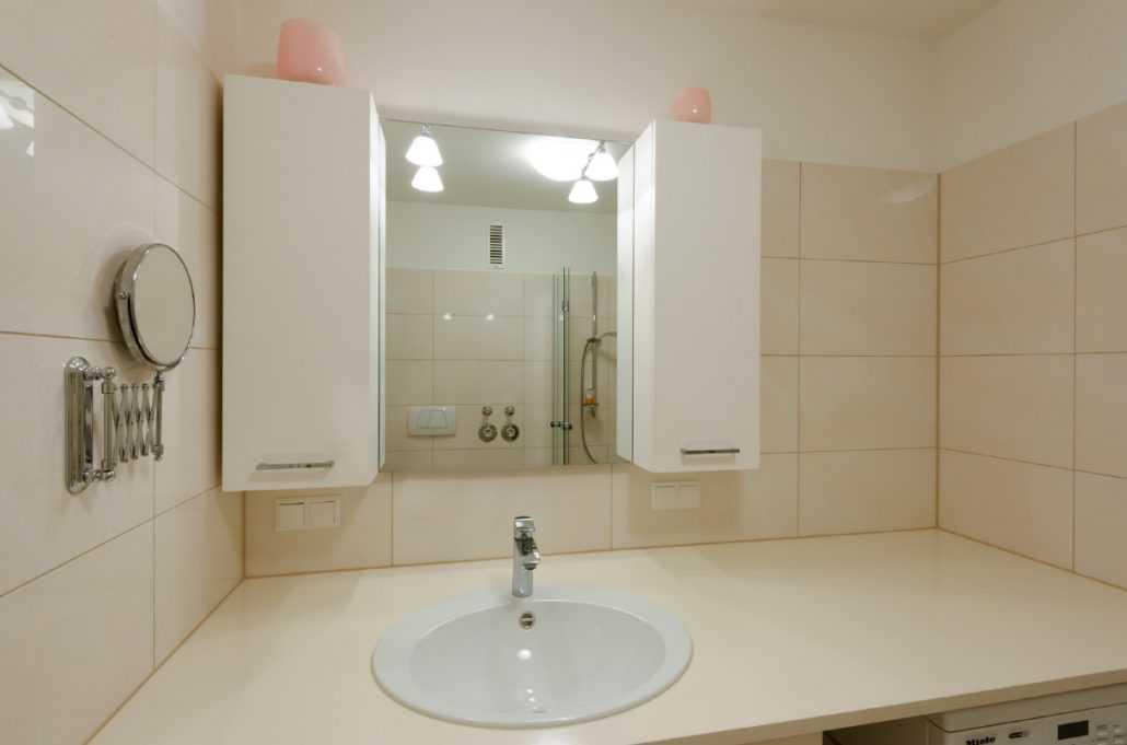 Badezimmer mit Waschmaschine -