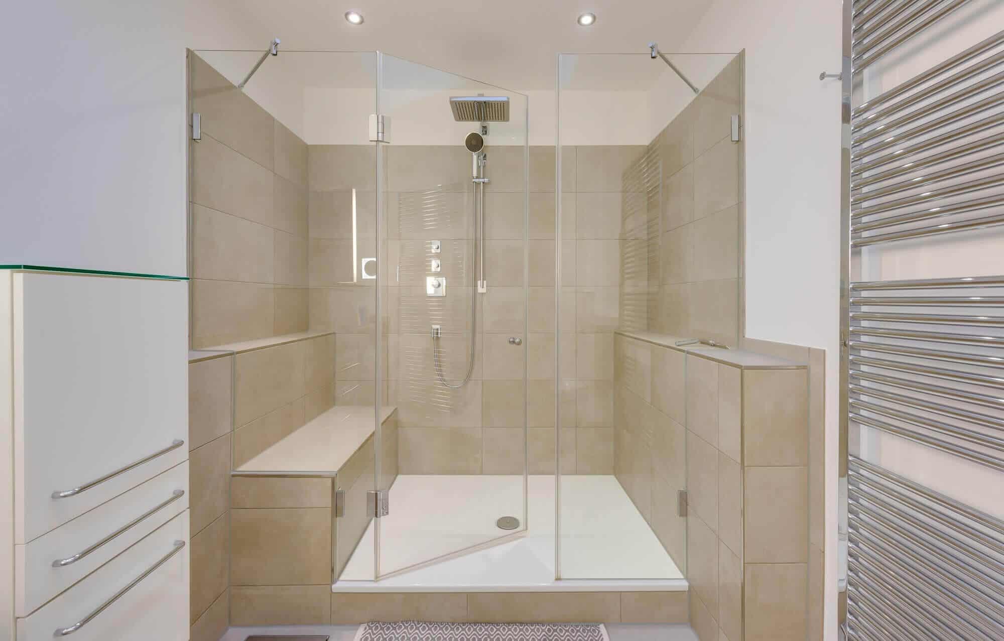 Großes Duschbad mit Ardino-Waschtisch -