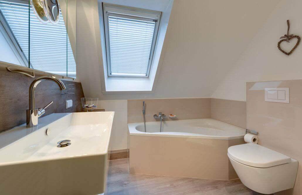 Bad in einer Dachschräge mit Eckbadewanne und Dusche -