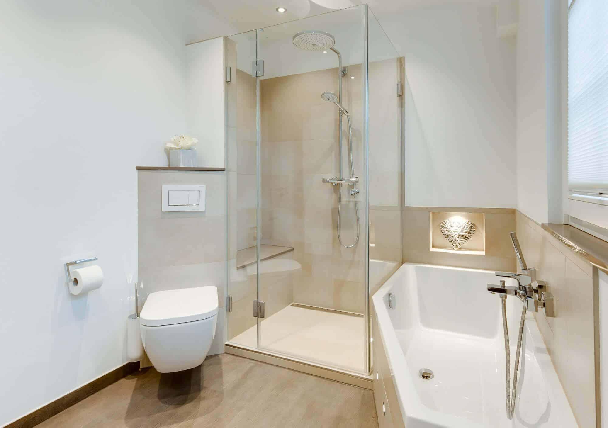 badezimmer mit wanne und hochwertiger glasdusche. Black Bedroom Furniture Sets. Home Design Ideas