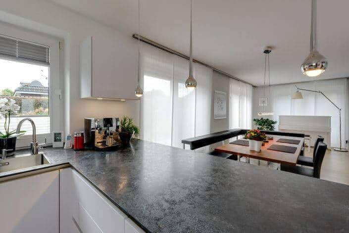 Elegantes Flair mit der grifflosen Küche SieMatic S3-L in glänzendem Titanweiß