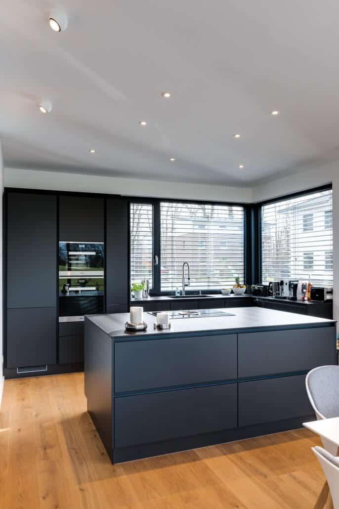 Moderne Familien-Küche mit Kochinsel in mattem anthrazit -